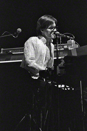 Roger Powell performing with Utopia in 1978.